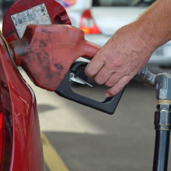 Gasolina sobe 4% nas refinarias e aumento passa a valer hoje