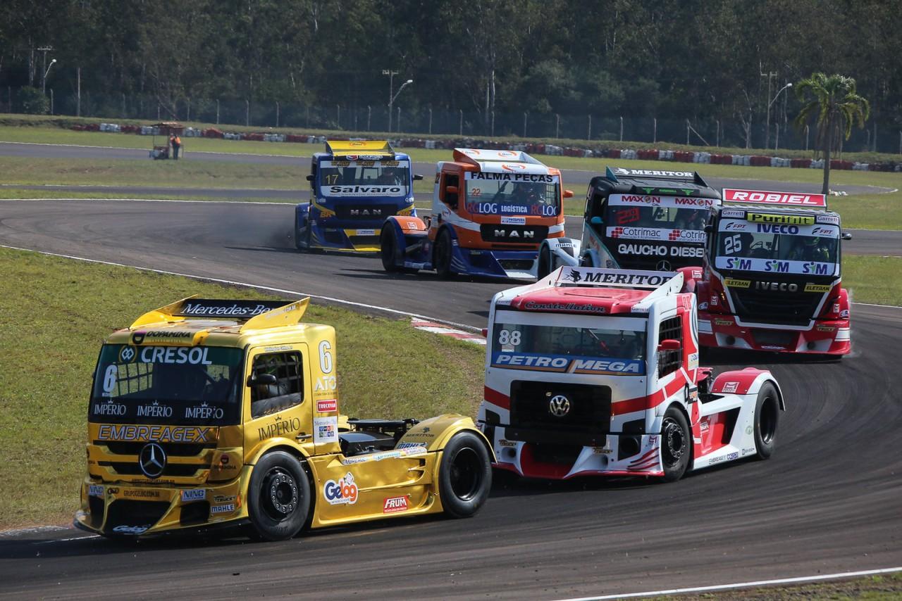 Caminhões à  toda velocidade