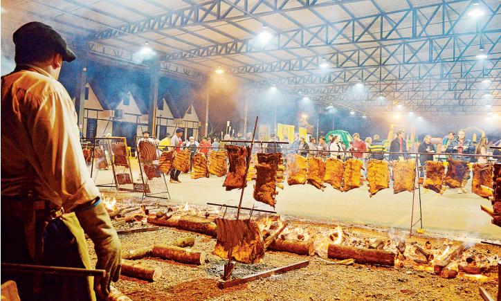 Mais de 800 quilos de carne foram assadas ontem no Acampamento Farroupilha de Teutônia