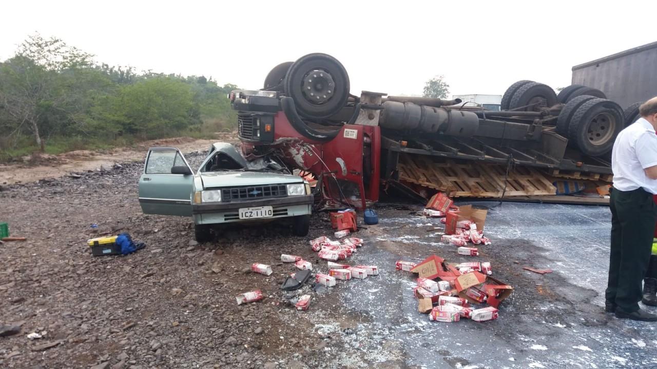 Caminhão tomba e atinge carro em Nova Santa Rita