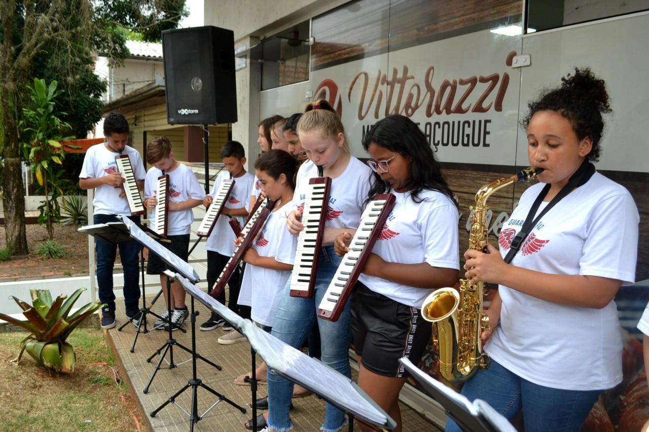 Com música, Slan agradece o auxílio de voluntários