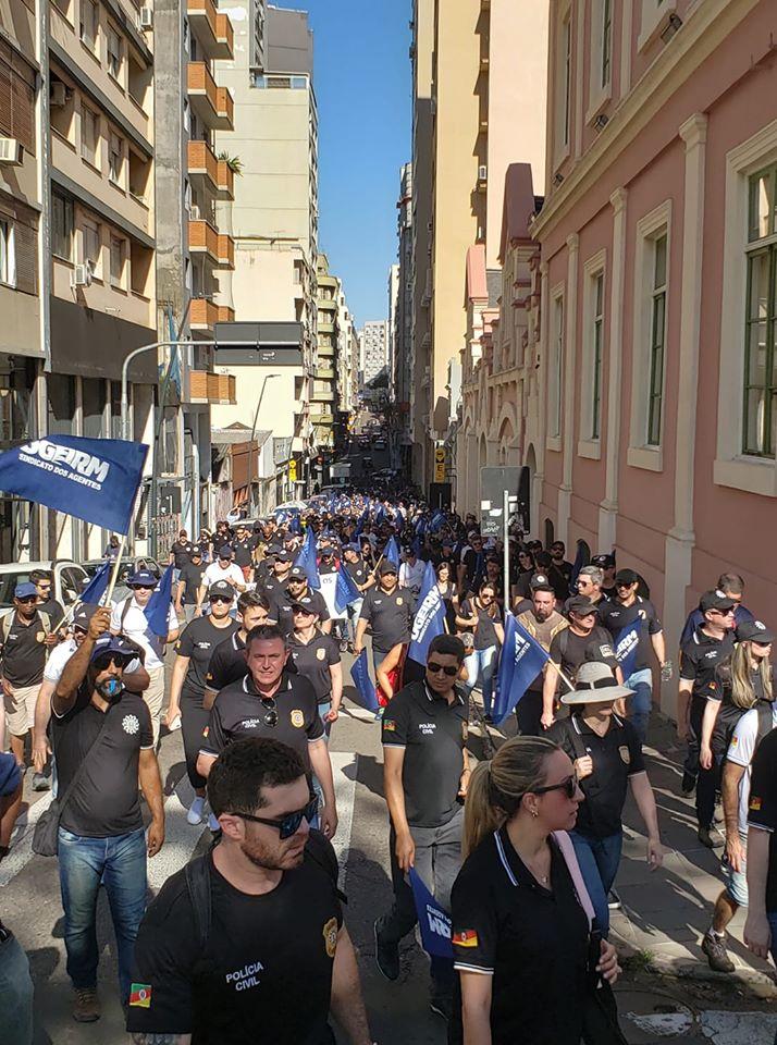 Policiais civis gaúchos protestam contra pacote de Eduardo Leite e definem greve