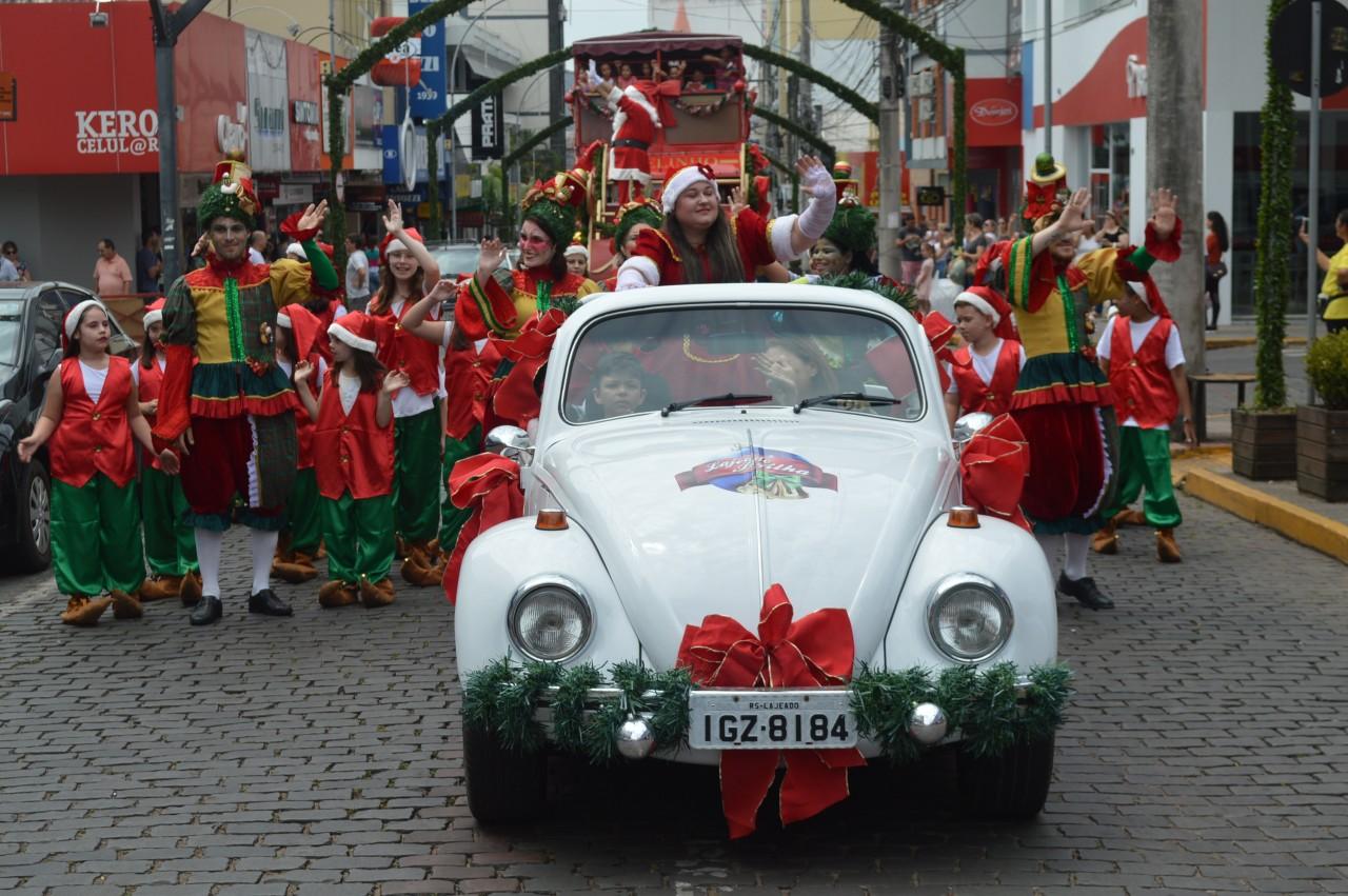 Desfile espalha alegria e recebe o carinho dos lajeadenses