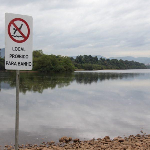 """Após afogamentos, administração instala placa de """"proibido banho"""" na Cascalheira"""