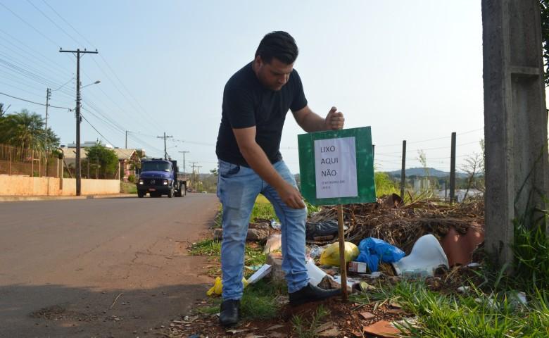 Henicka mostra placa que foi colocada em diversos pontos do bairro