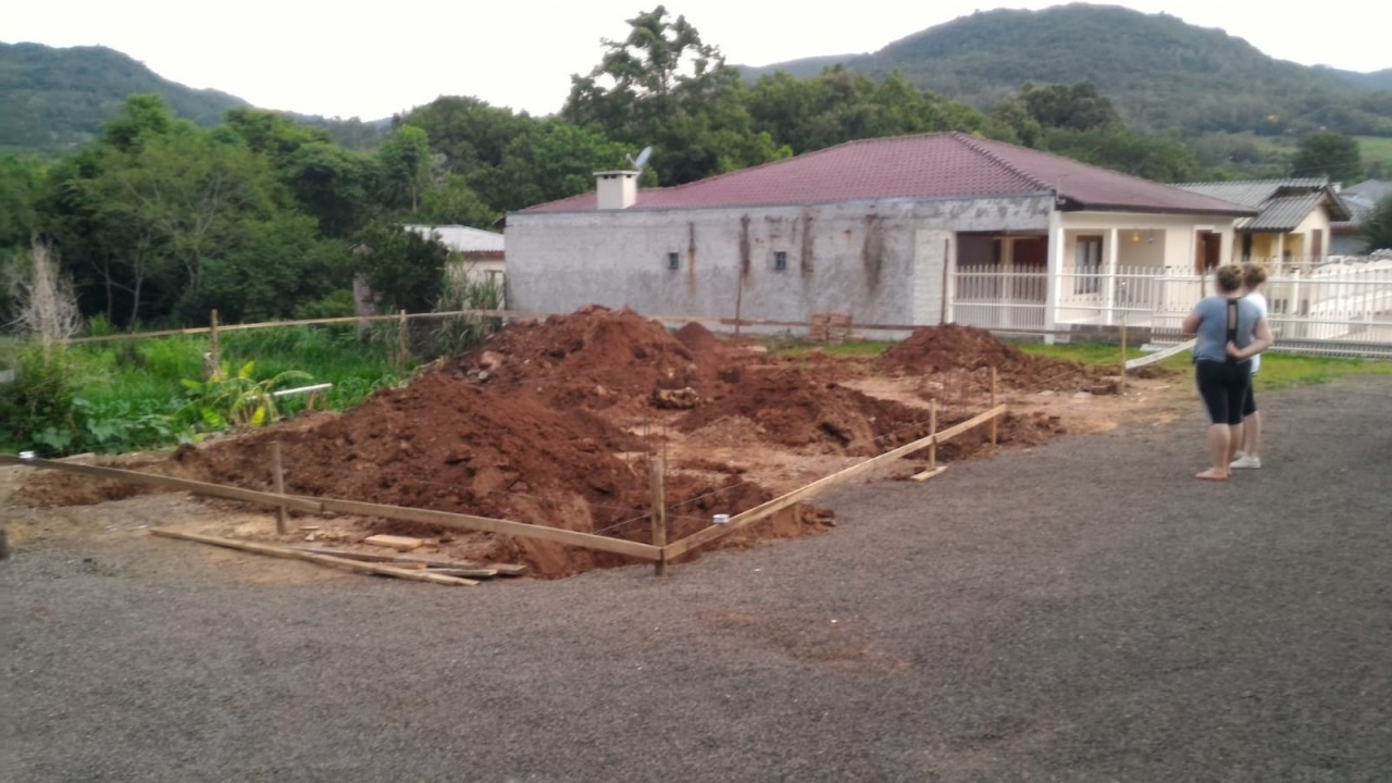 Três meses após incêndio, fábrica de velas inicia reconstrução
