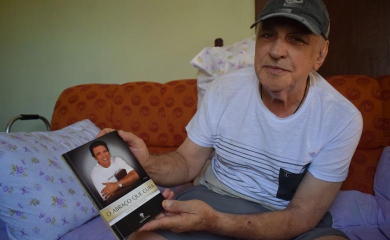 """Além da trajetória política, Chilella lançou quatro CDs e um livro intitulado """"O abraço que cura"""""""