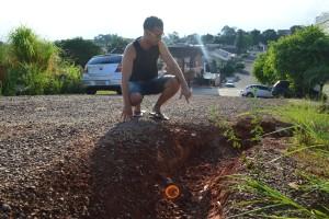 Righi mostra buraco onde veículo caiu na última semana: valeta segue sem solução