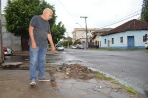 Gomes mostra o local onde esgoto corre a céu aberto, trazendo mau cheiro e transtornos para moradores