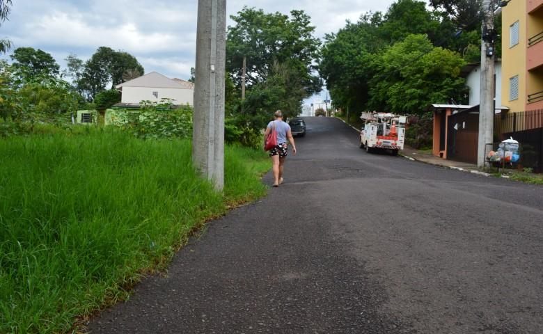 Dois problemas na mesma via. Sem calçadas e com a roçada de terrenos por fazer, a rua Padre Theodoro Amstad é alvo de críticas dos moradores