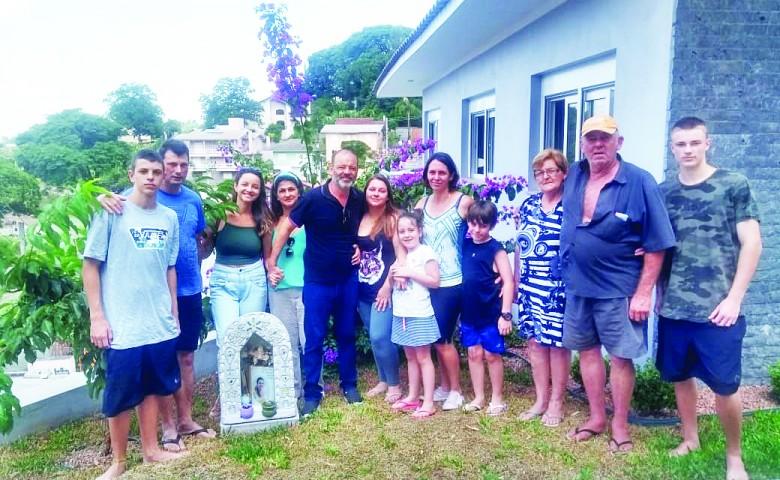Encontro carregado de emoção. Nesta semana, Lorival Silveira e as filhas, Taís e Tamara, visitaram a família de Ivete