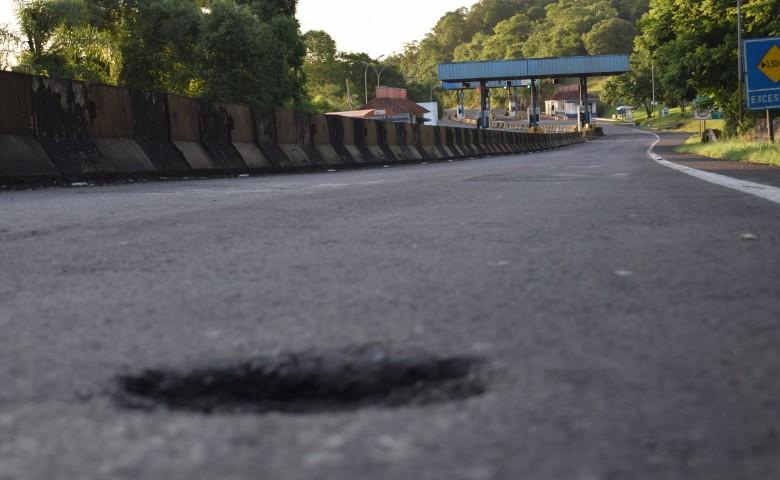 """A alguns metros da praça de pedágio em Cruzeiro do Sul, é possível identificar danos na pista. EGR promete """"revitalizar"""" toda a ERS-453"""
