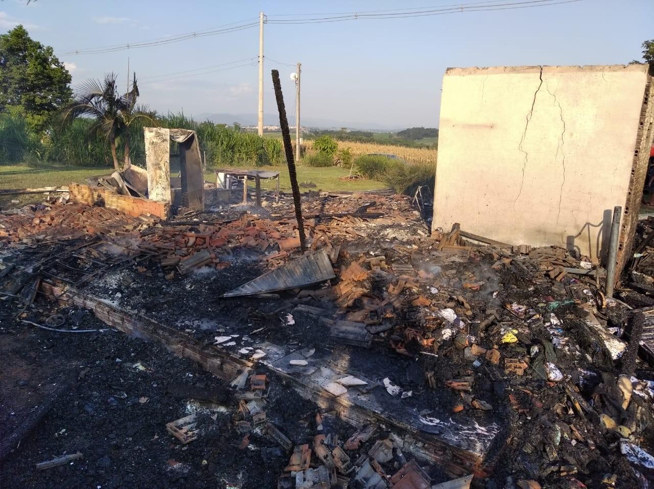 Incêndio destrói residência no interior de Cruzeiro do Sul