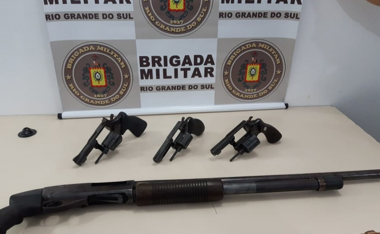 Os três revólveres e a espingarda estavam municiados