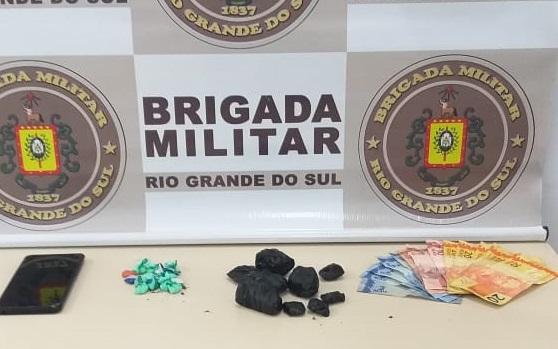 Com o adolescente, foram encontradas nove porções de maconha, pesando 63g, 18 buchas de cocaína, com peso de 13g e uma quantia em dinheiro