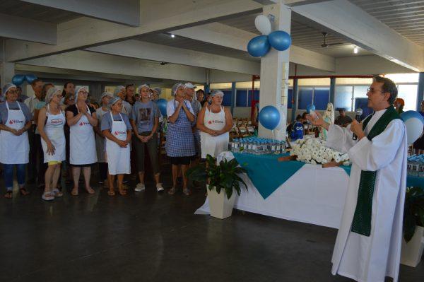 Devotos homenageiam Nossa Senhora de Lourdes