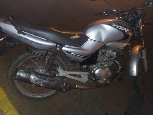 Dupla é presa com moto furtada no bairro Canabarro