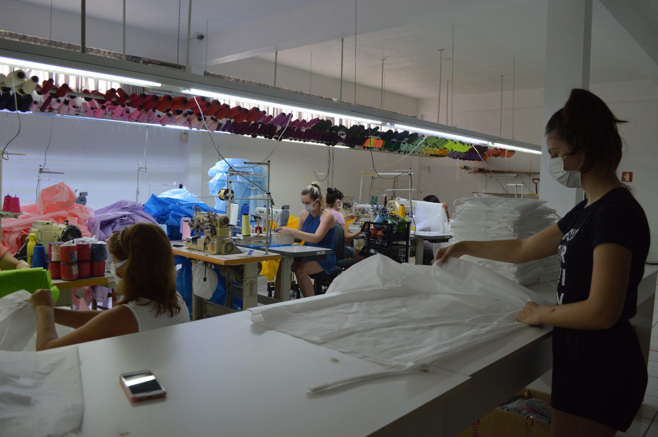 Voluntárias produzem mais de mil jalecos para profissionais de saúde