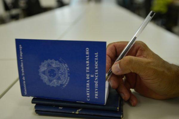 No país, pedidos de seguro-desemprego sobem 76,2% em maio