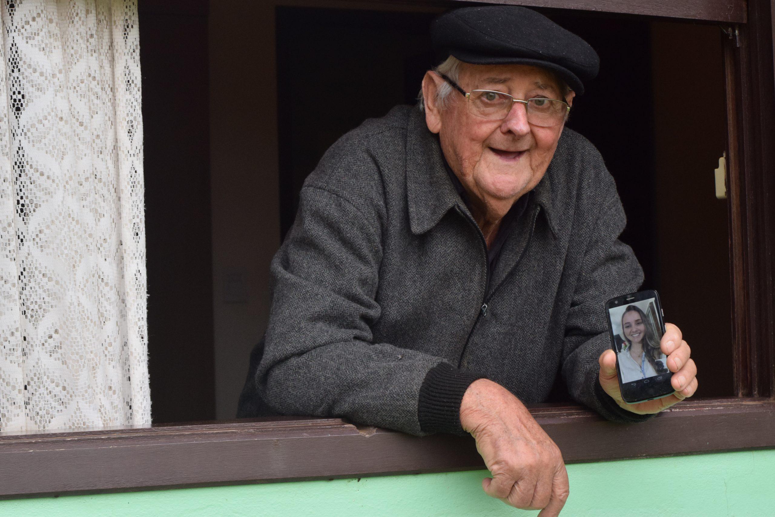 Avô de 81 anos se rende às novas tecnologias para falar com netos