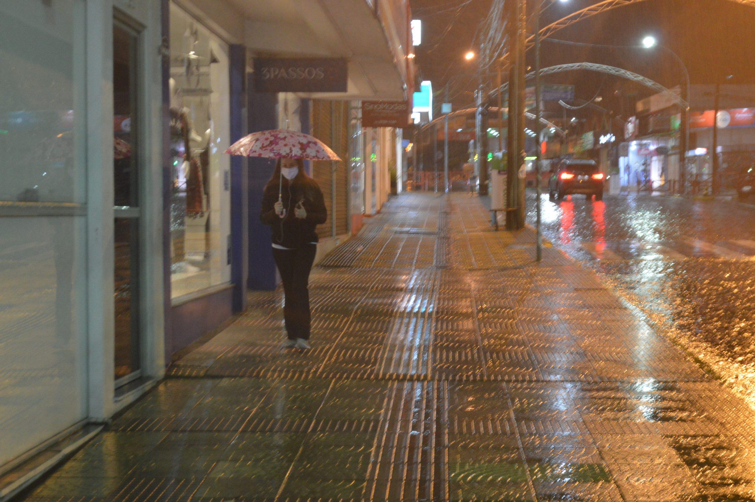 Ciclone alerta para chuva torrencial e vento forte
