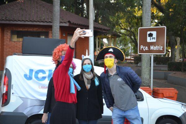 Voluntários distribuem máscaras no Centro de Lajeado