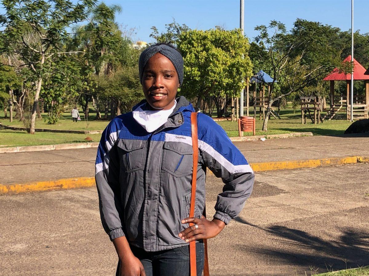 Haitiana procura emprego para estudar e realizar o sonho de ser aeromoça