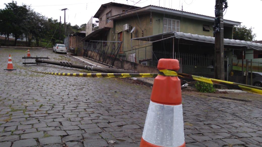 Após colisão de caminhão em poste, moradores não conseguem entrar em casa