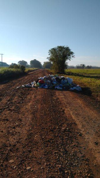 Lixo espalhado fecha o trânsito na Estrada da Beira do Rio