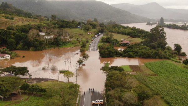 Água segue bloqueando principais rodovias da região