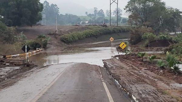 Água invade pista no acesso a Colinas, na ERS-129