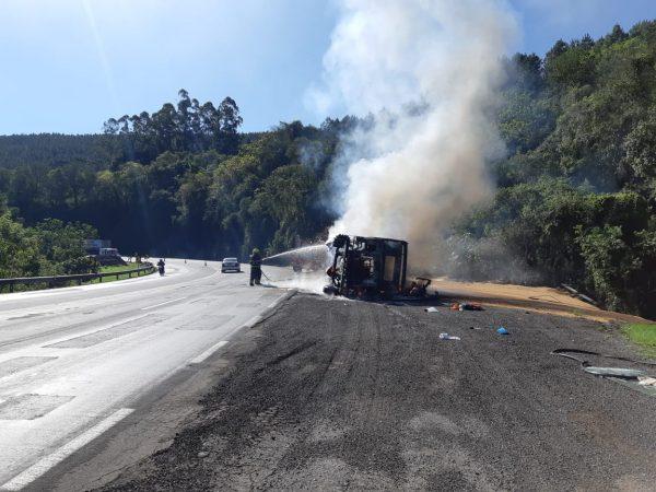 Caminhão tomba e pega fogo em Pouso Novo