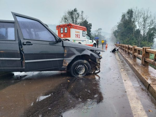 Homem morre após colidir carro em ponte em Encantado