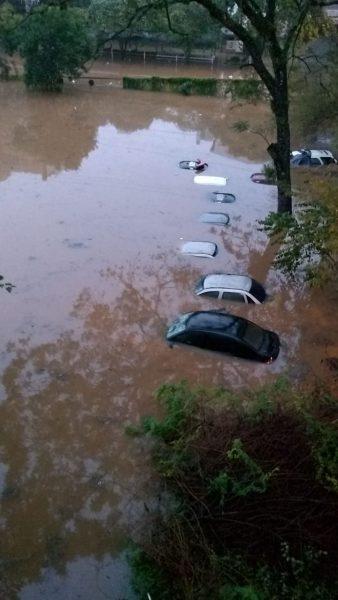 Muitos carros submersos em Lajeado