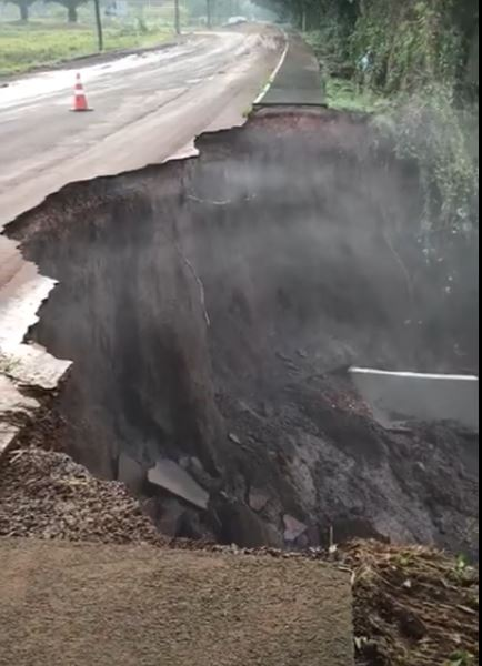 Vídeo mostra queda de asfalto na rua Bento Rosa, em Lajeado