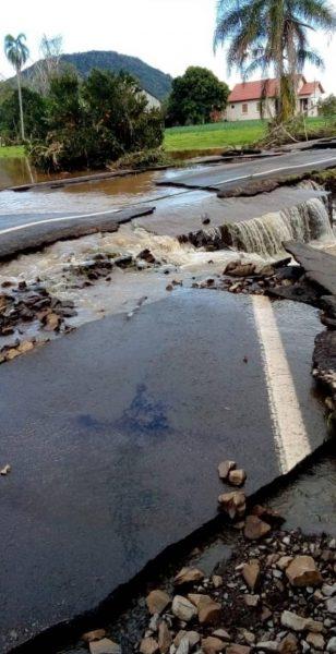 Enchente rompe asfalto da ERS-129 em Colinas