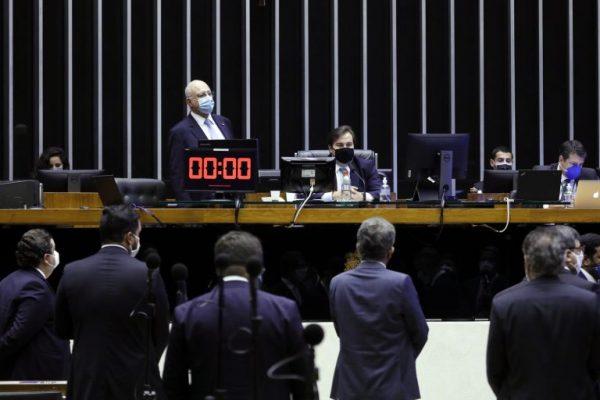Câmara aprova adiamento das eleições