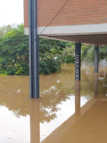 Enchente atinge campo, ginásio e três blocos do Ceat