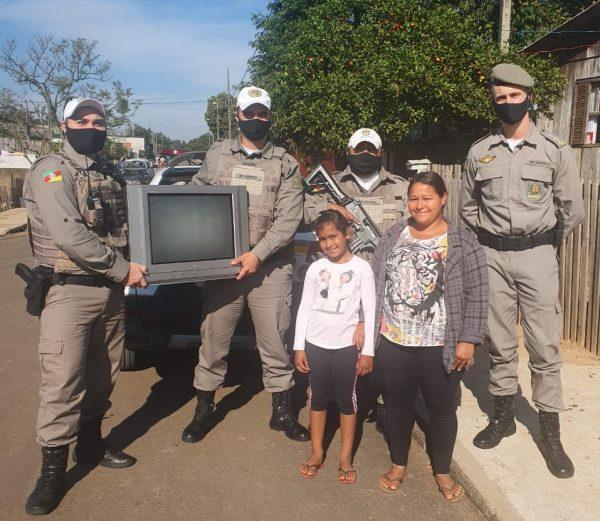 Brigada Militar de Lajeado doa TV para família de Taquari