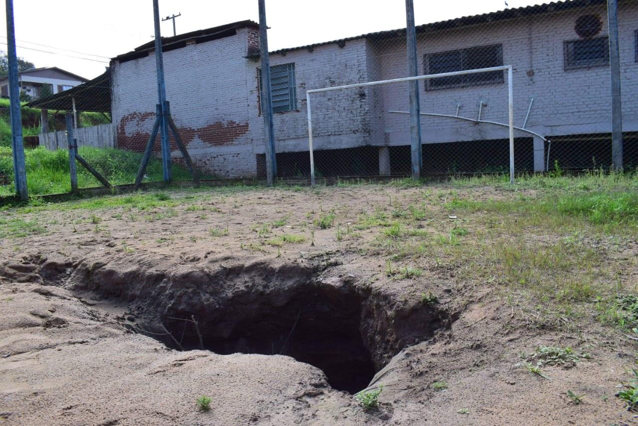 Buraco em praça preocupa município