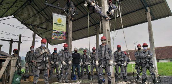 Certel forma turma de construção de redes elétricas