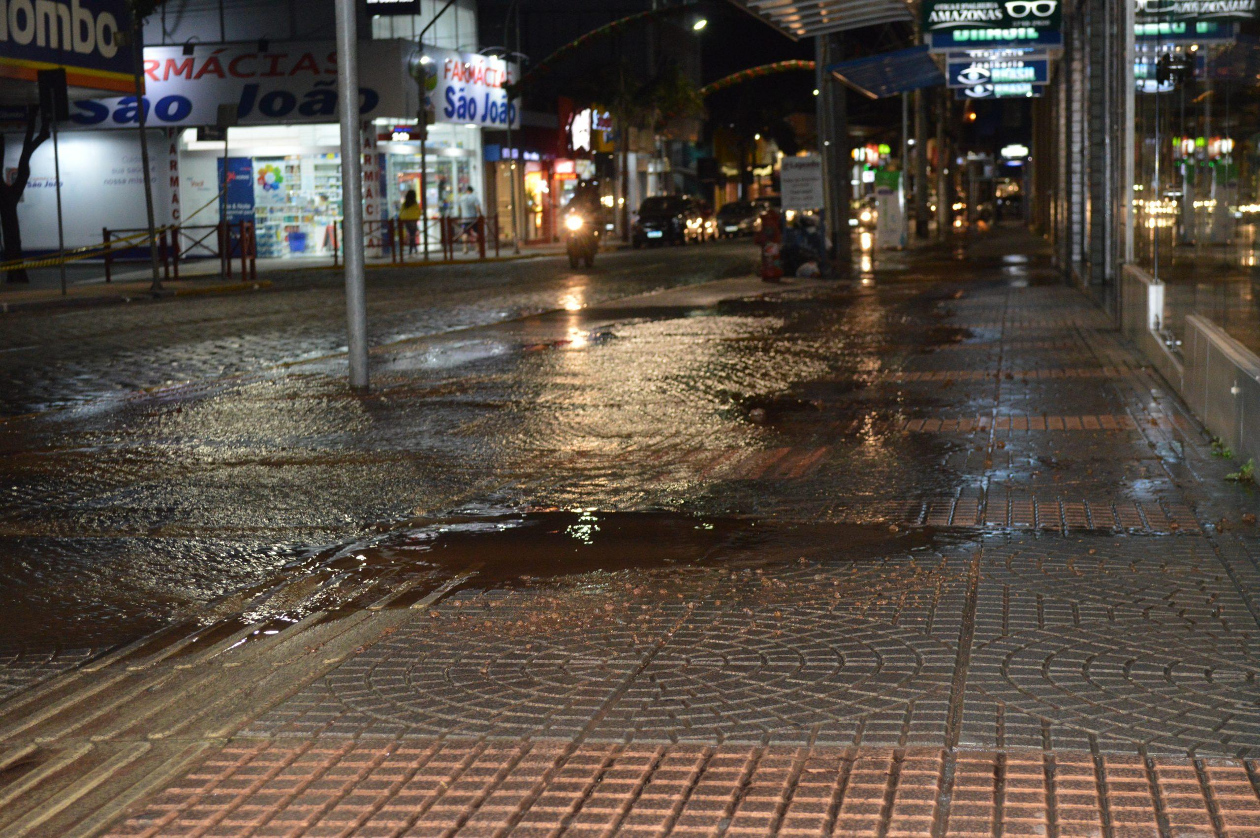 Vazamento d'água inunda calçada no Centro de Lajeado