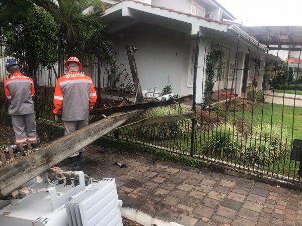 Após colisão, poste com transformador cai e deixa moradores sem luz