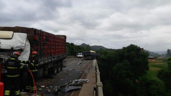 Acidente entre caminhões deixa dois feridos graves na BR-386