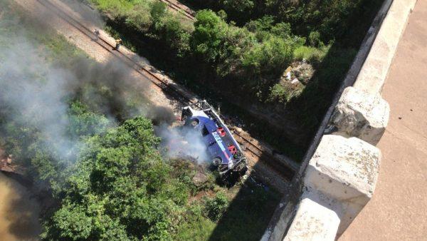 Queda de ônibus de viaduto mata pelo menos 14 pessoas