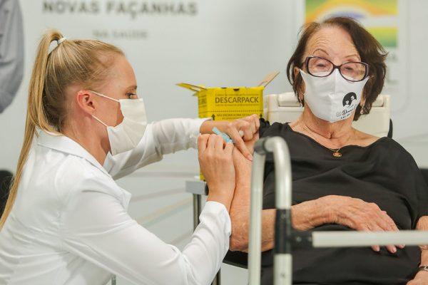 Cinco gaúchos de grupos de risco recebem juntos as primeiras doses da vacina contra covid-19