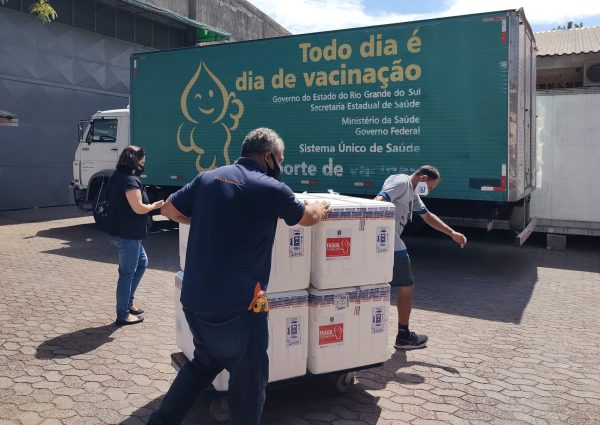 Lote com 116 mil doses da vacina Oxford/AstraZeneca chega ao RS