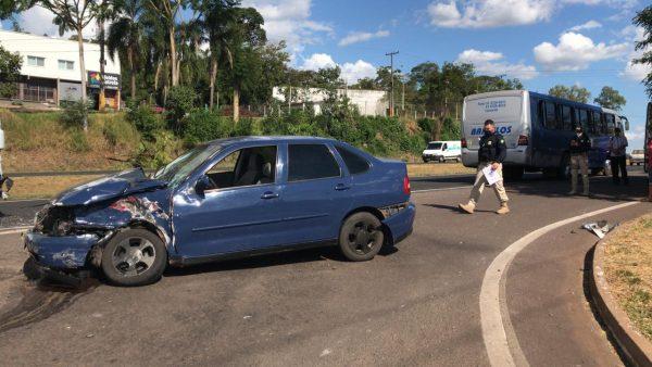 Após colidir em carreta, condutor de veículo foge do local na BR-386