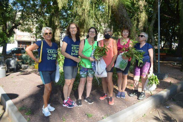 Grupo de voluntárias planta orquídeas em praças de Lajeado
