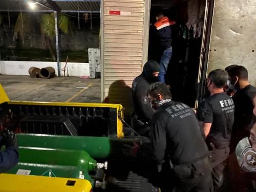 Cilindros de oxigênio são apreendidos escondidos em caminhão em Manaus